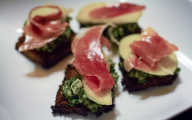 Prosciutto Apple Crostini (Paleo)